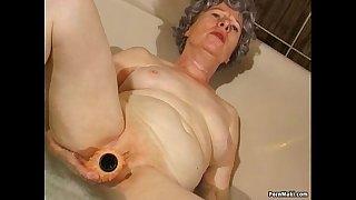 Granny masturbates with a vibrator in bathtub