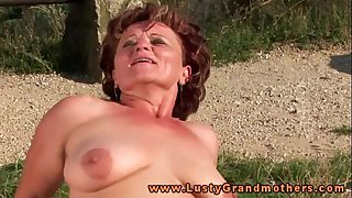 Granny hottie loves outdoor fucking