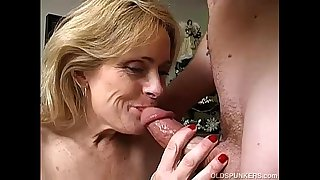 Sexy cougar is a squirter